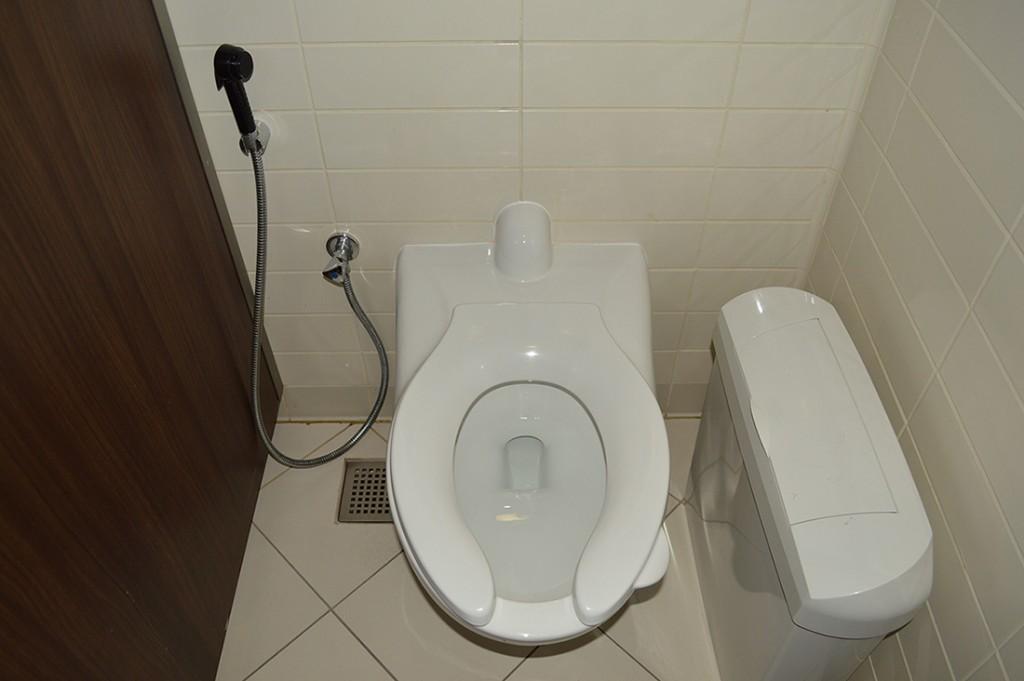 Les toilettes avec la douche pour se nettoyer...!