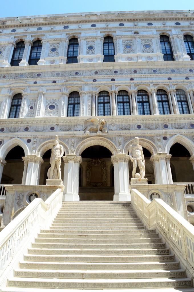 venise palais doges escaliers statues