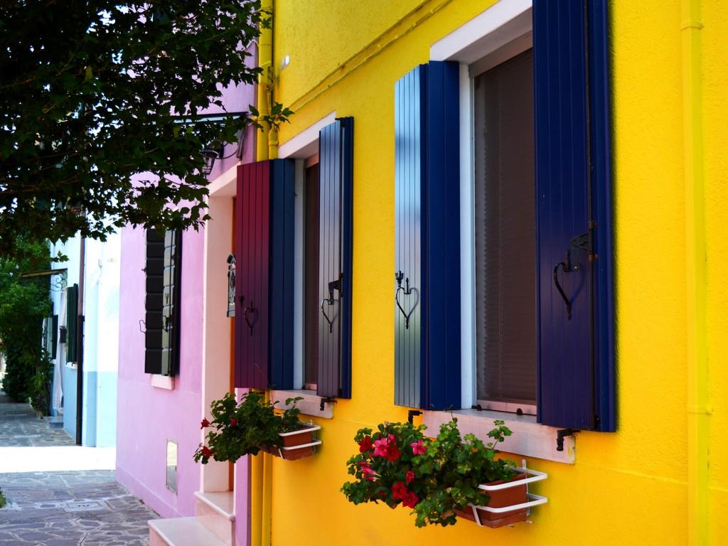 burano maison jaune volets coeur fleurs