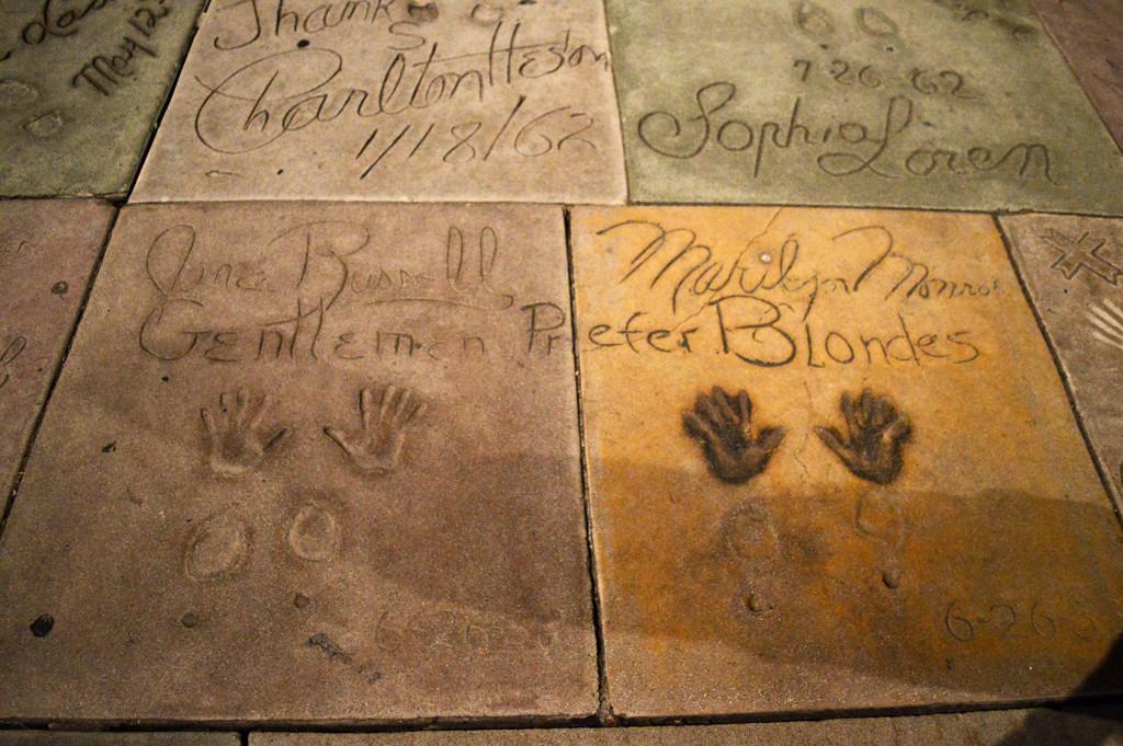 "Les empreintes de Jane Russell et Marilyn Monroe ""Gentlemen prefer blondes"""
