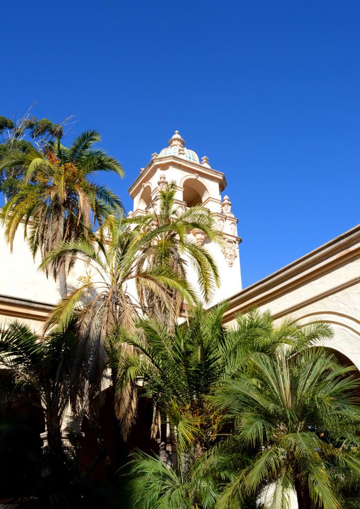 Architecture hispanique et palmiers dans Balboa Park