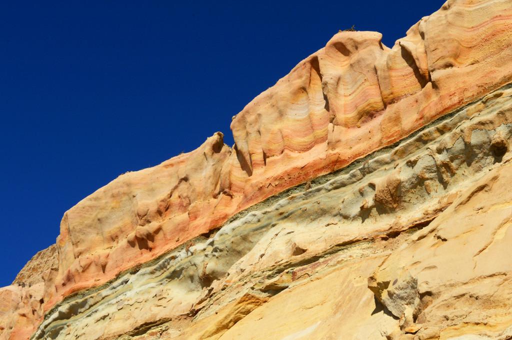 Les roches colorées de orange, jaune et vert