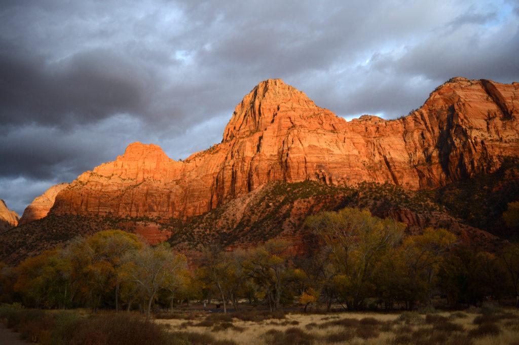 les montagnes au coucher du soleil