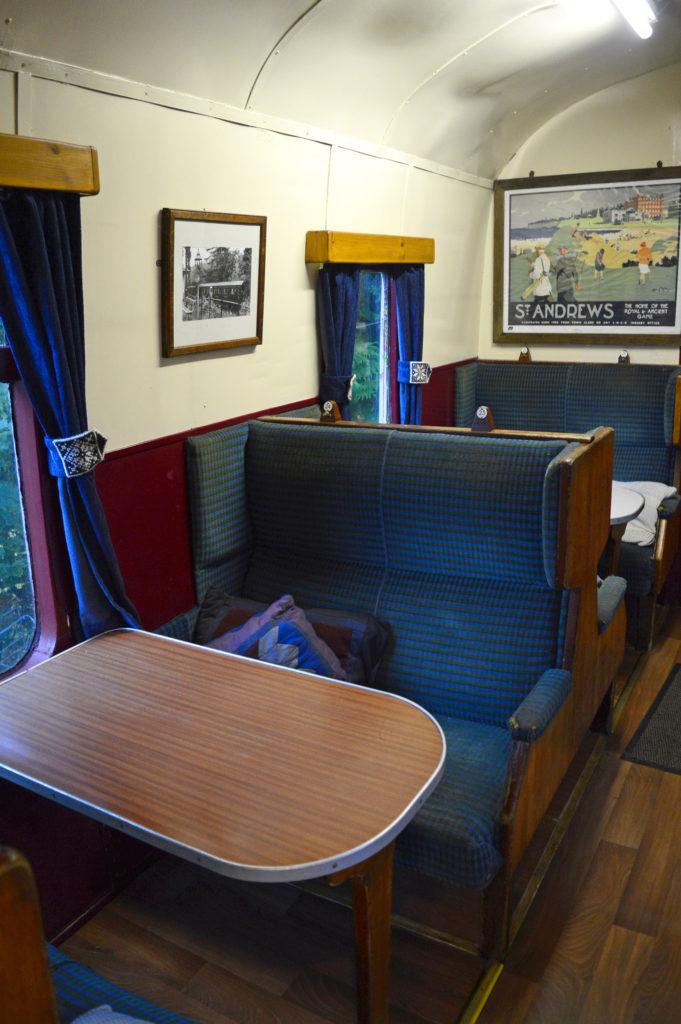 intérieur du wagon avec banquette et table