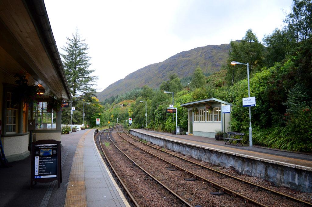 rails de la gare, avec les montagnes alentours