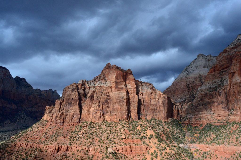 contraste entre ciel et roche dans le canyon