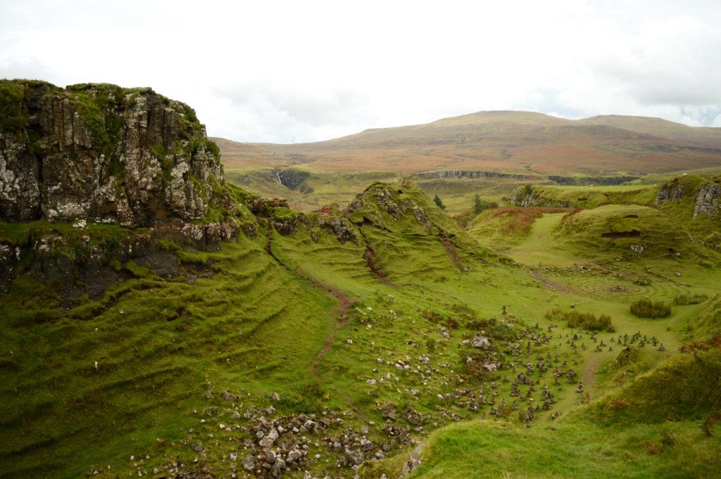 petites collines et roches en équilibre