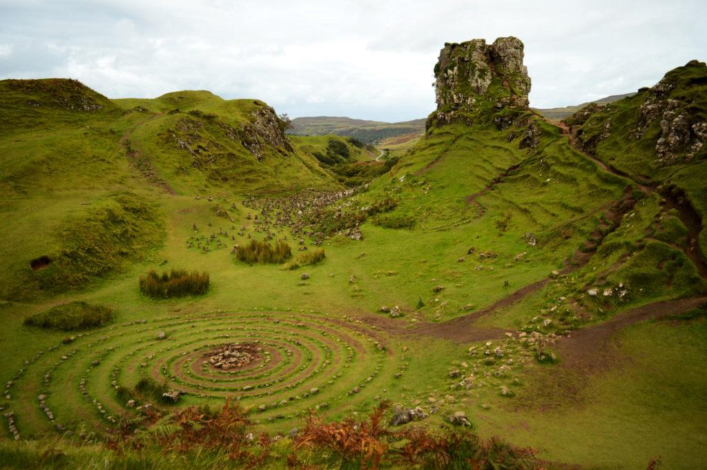 cercles de pierres et petites collines vertes et rocailleuses