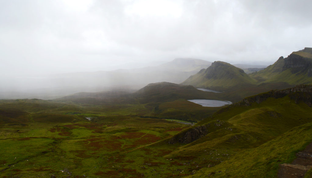 vue quiraing avec de la brume et la pluie au loin