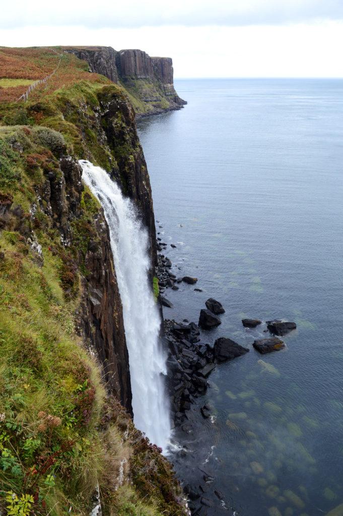 cascade de kilt rock avec une eau transparente