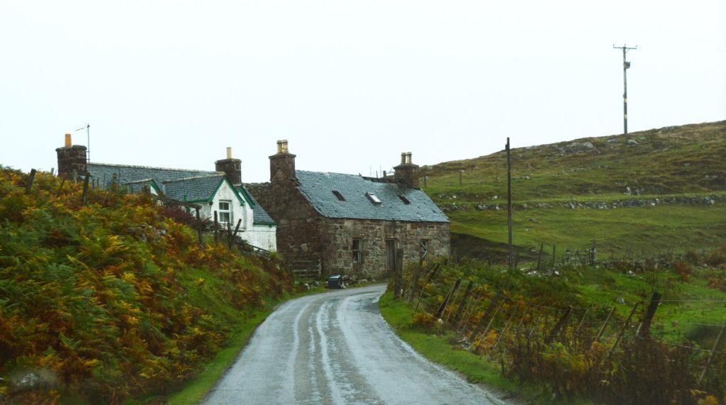 petite route avec une maison