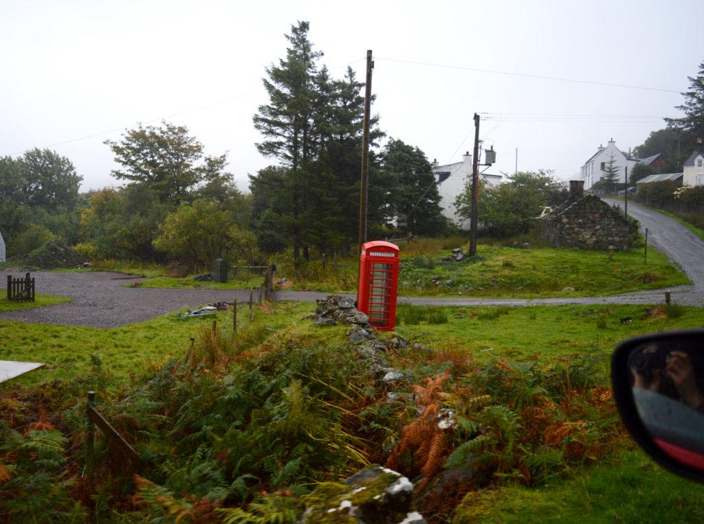 cabine téléphonique rouge au milieu de la verdure