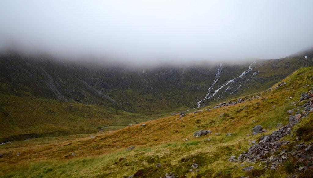 sur Bealach na Ba, cascade dans les nuages