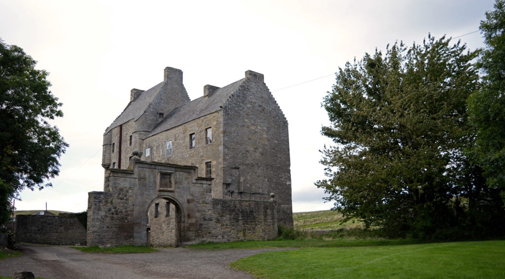 la maison de lallybroch, vue dans son ensemble