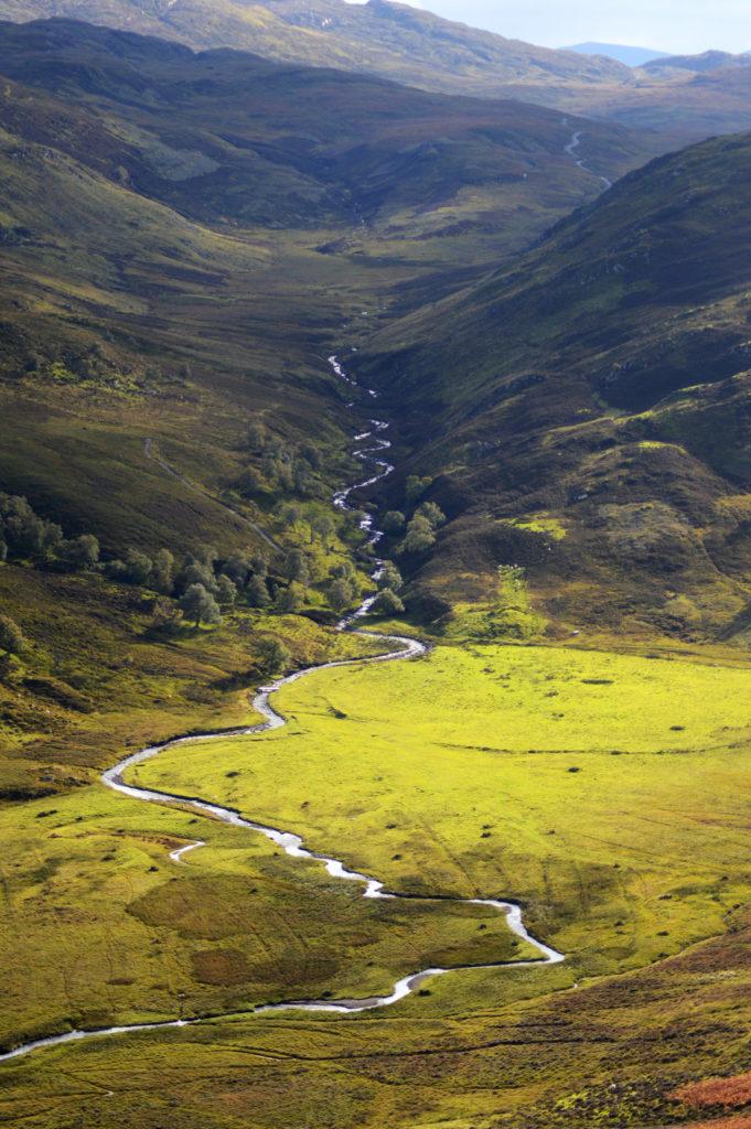 ruisseau au milieu de collines colorées