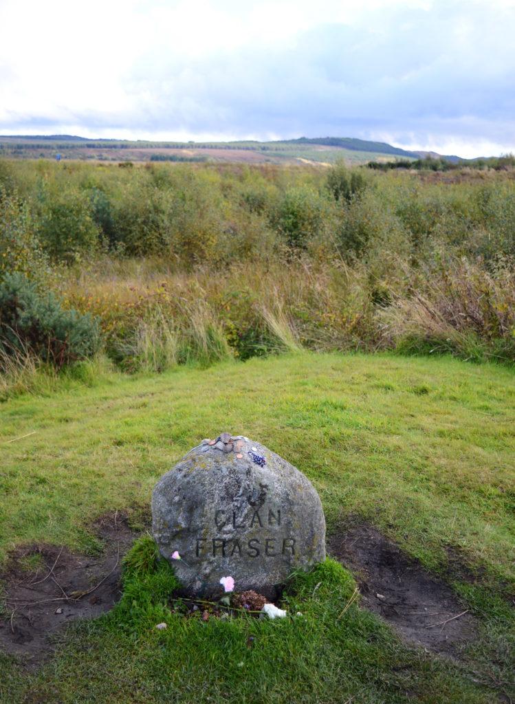 pierre du clan fraser avec fleurs autour