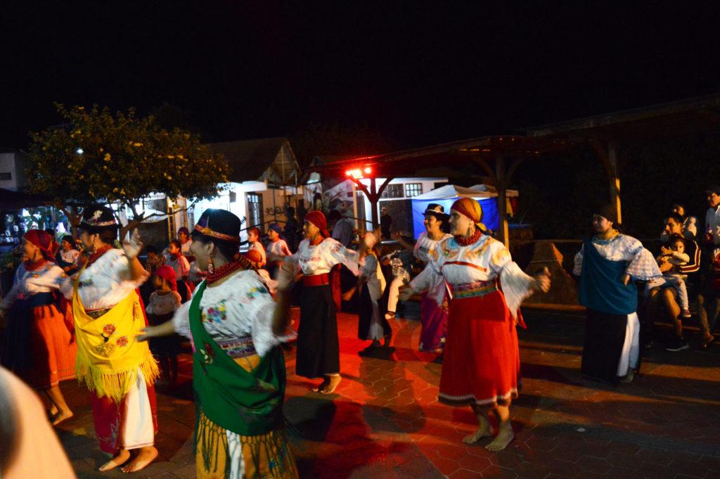 femmes en tenues traditionnelles qui dansent