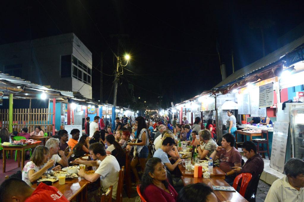 tables des restos dans la rue