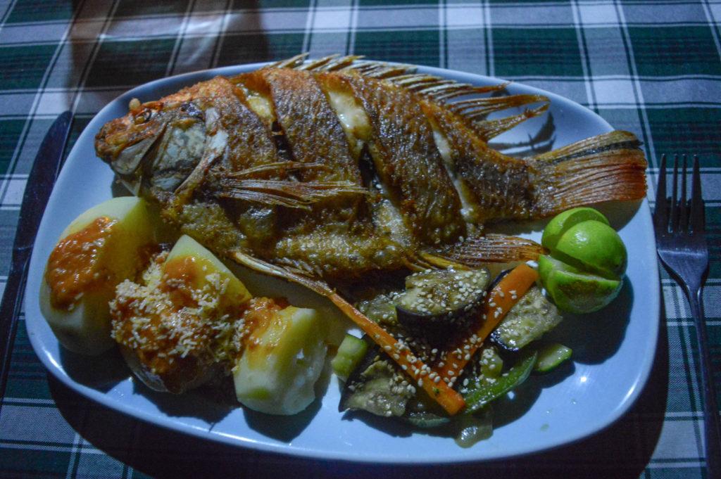 plat de poisson grillé et légumes en colombie