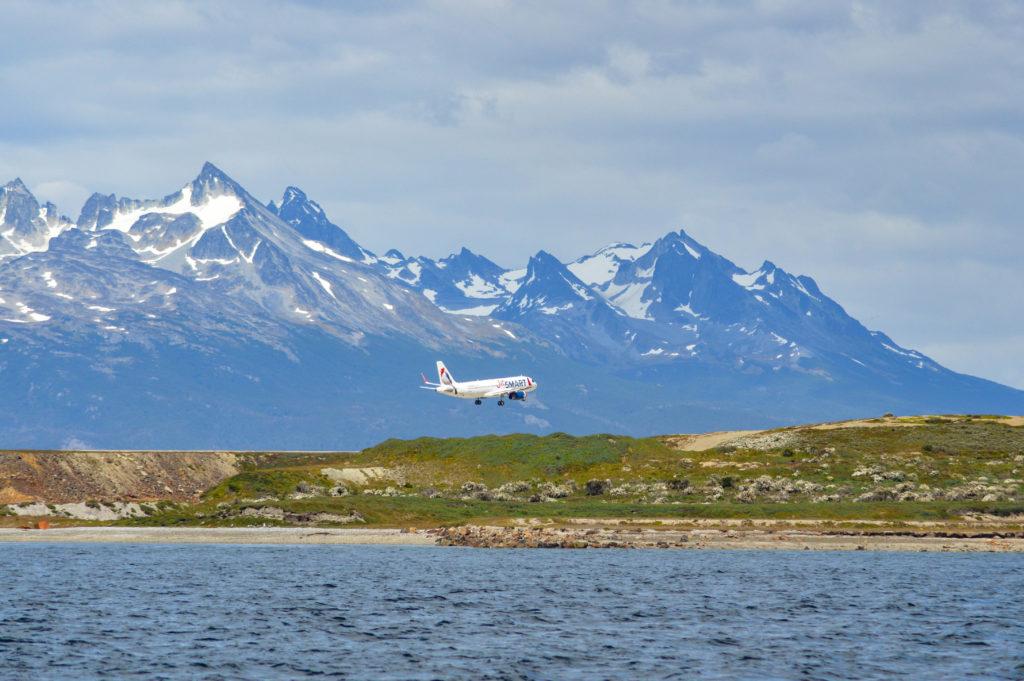 atterissage avion piste ushuaia montagnes