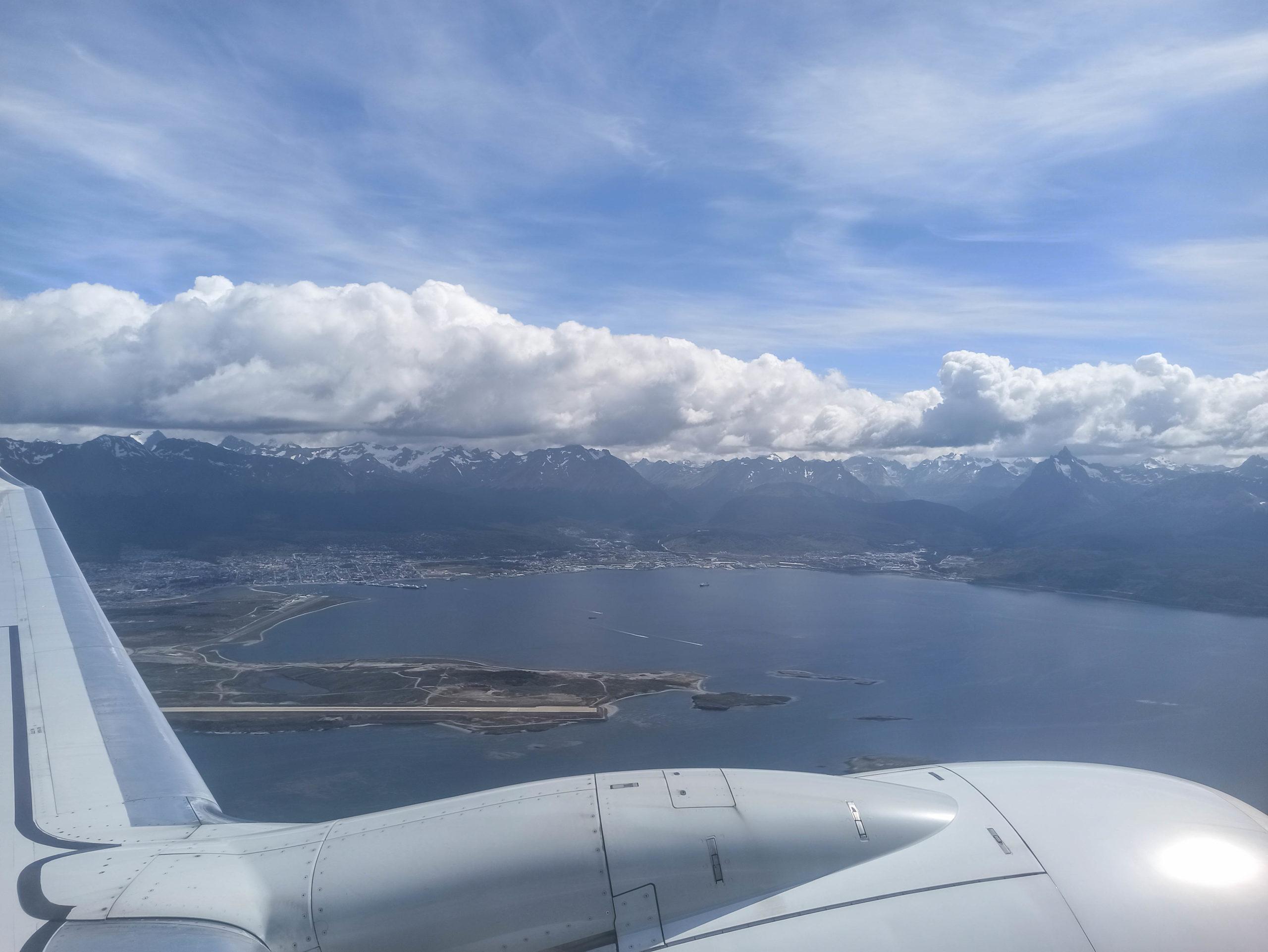 vue sur ushuaia depuis l'avion