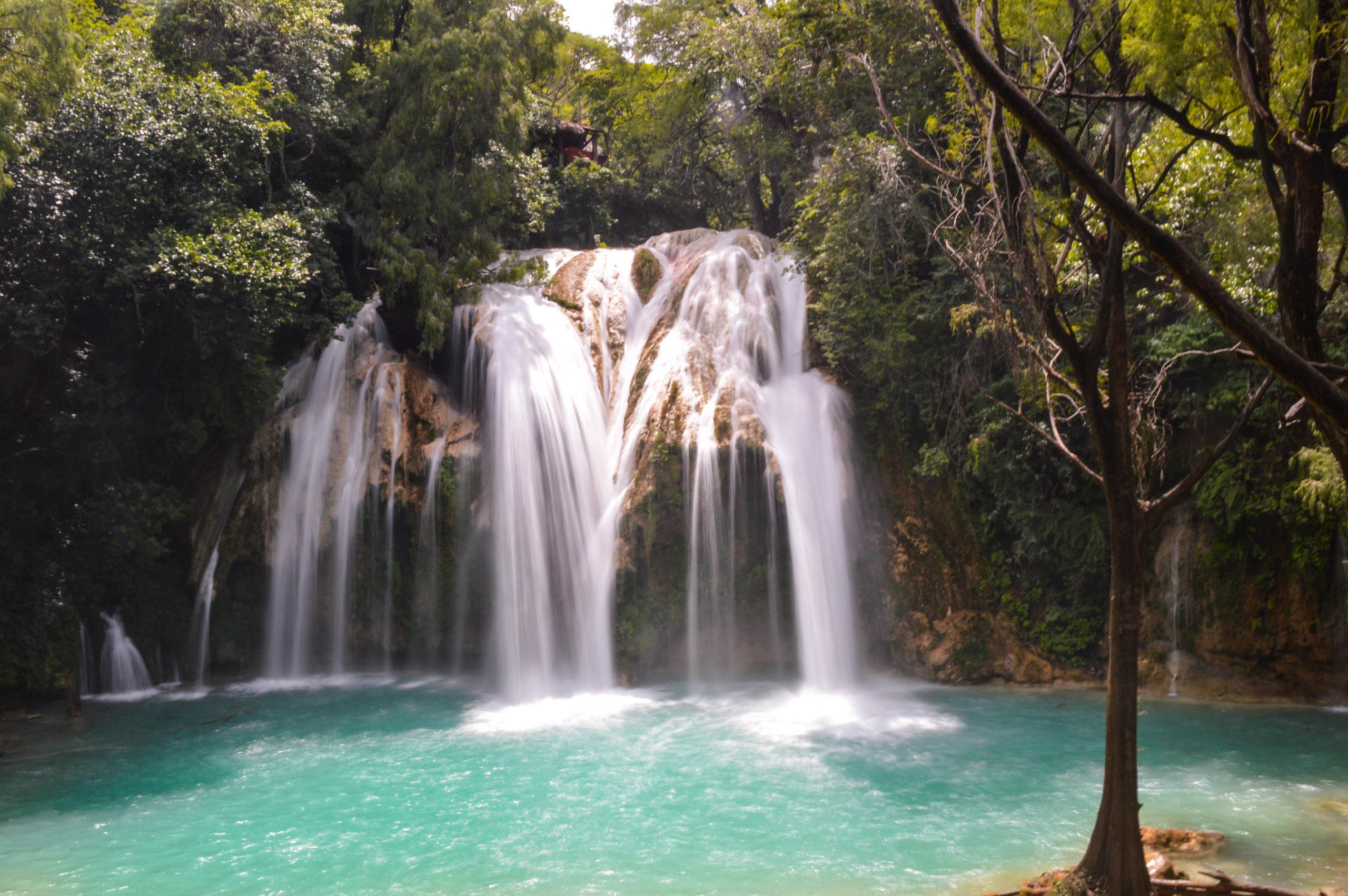 cascade d'eau turquoise dans la forêt tropicale, el chiflon, chiapas