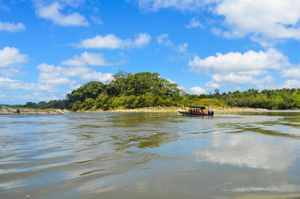 bateau sur le fleuve pour rejoindre yaxchilan, chiapas, frontière du guatemala