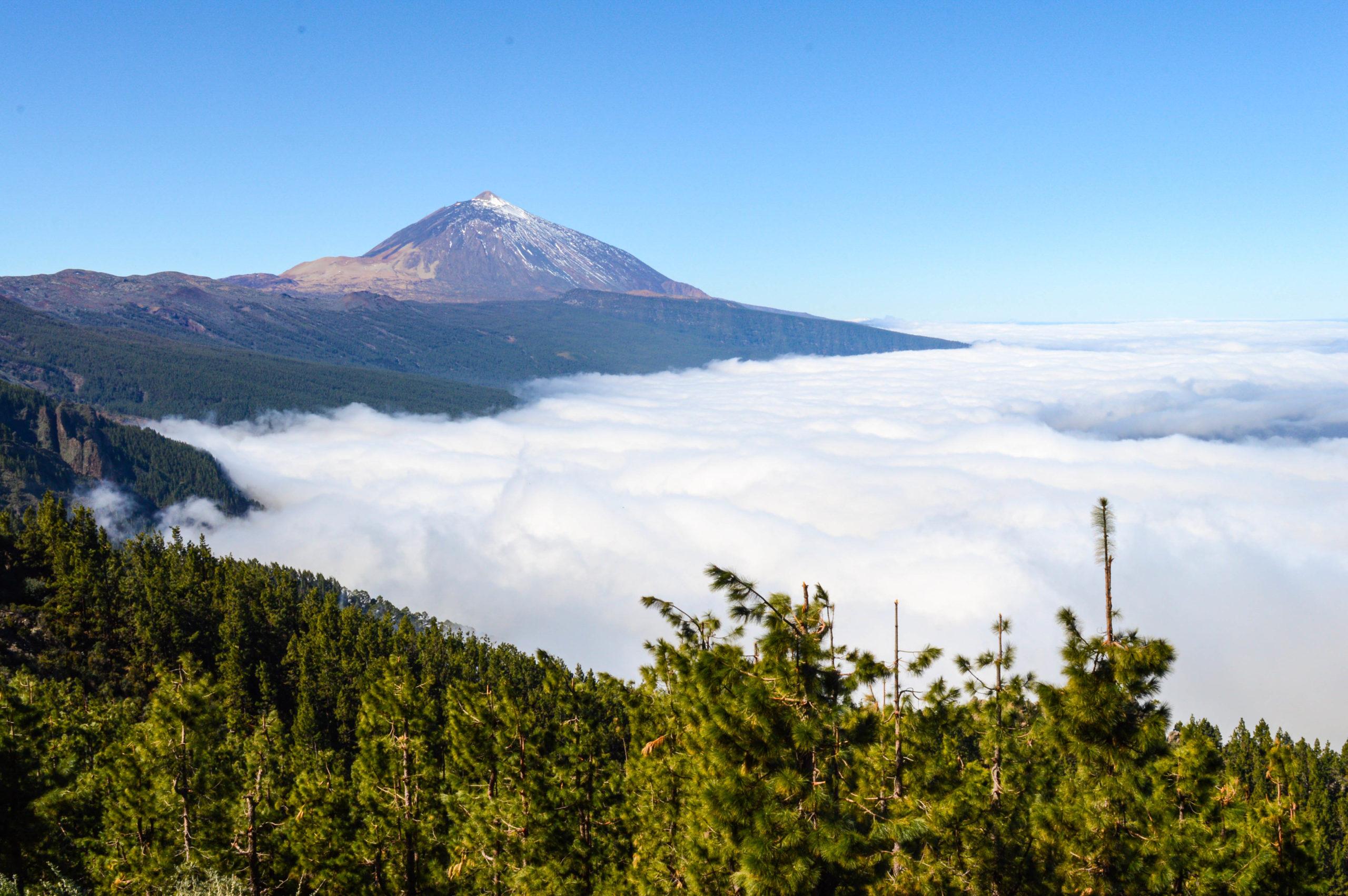 le volcan teide derrière une mer de nuage sur Tenerife, dans les Canaries