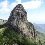 gros rocher et vue sur la vallée